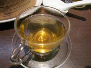 花茶を入れる